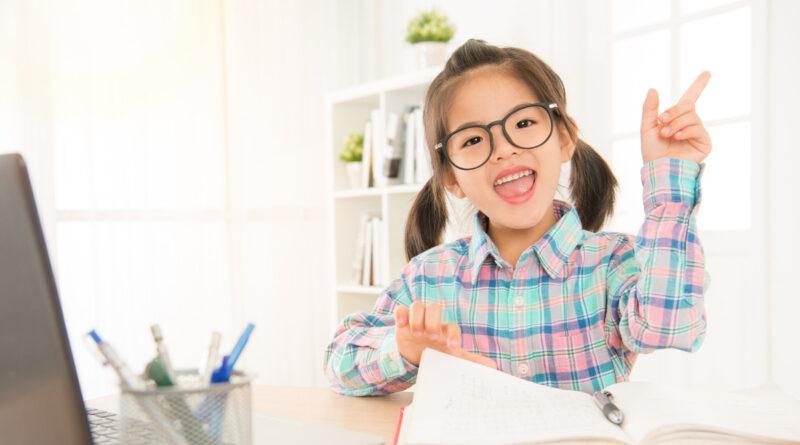 Schulkind mit Brille beim lernen