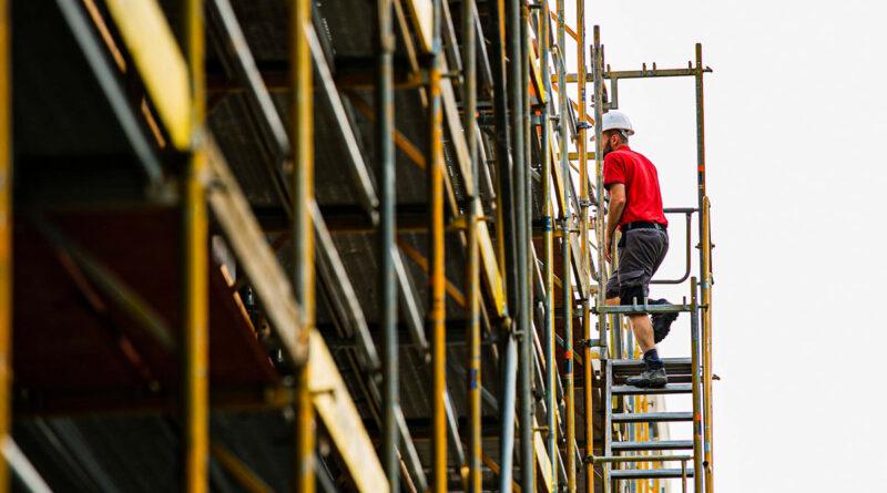 Bauarbeiter besteigt Gerüst